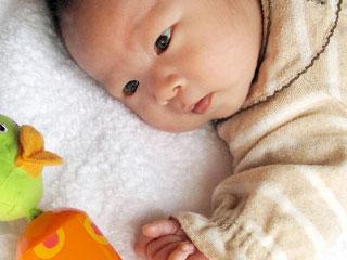 ガラガラを見つめる赤ちゃん