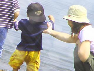 児童扶養手当を考えながら子供の相手をする母親