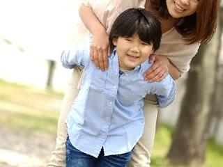 養育費トラブルを回避して笑顔になる子供の母親