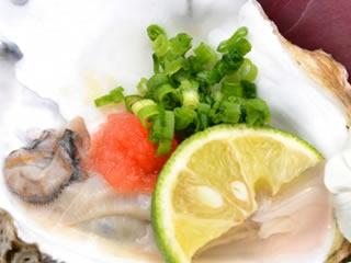 食中毒を防ぐためにレモンが添えられた生牡蠣