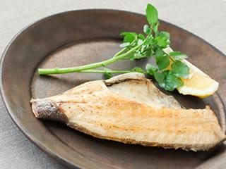 賞味期限を伸ばすため防腐剤が塗布された焼き魚