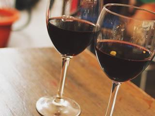 熟成された年代物の赤ワイン