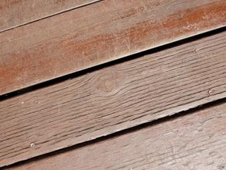 防腐剤のニスが塗布された木材