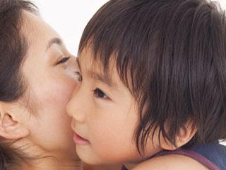 子供を抱擁する母親