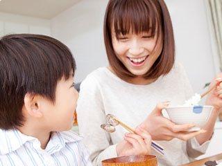 食事しながら会話する親子