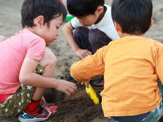 砂場で遊ぶ子供達