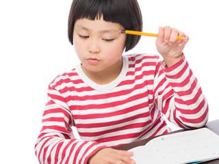 マイナンバー制度と口座について勉強中の子供