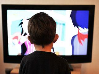 テレビの前で番組を見る子供