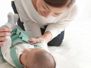 赤ちゃんの顔に自分の顔を近づける母親
