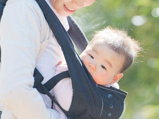 抱っこされて散歩する赤ちゃん