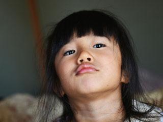 顎を突き出す小学低学年の児童