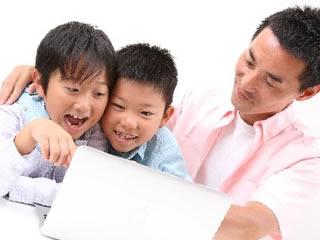 合成着色料について子供と一緒に調べる父親