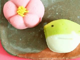 赤色2号が使われた伝統ある花びらを模した和菓子