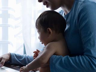 抱っこした子供に話しかける母親
