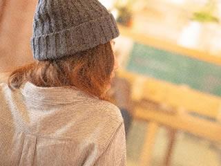 配偶者特別控除が適用されるカフェで働く新婚の妻