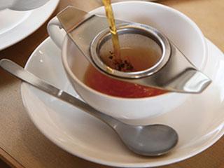 紅茶を入れる