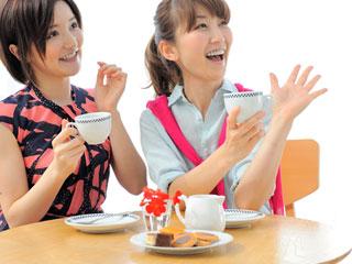 お茶を飲むママ友二人