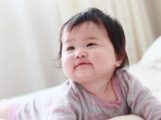 微笑みながら見つめる赤ちゃん