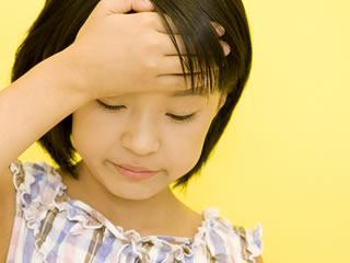 親に反抗して反省する小学生の女の子