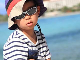 サングラスをかけた反抗期真っ盛りの日焼けした男の子