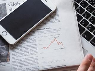 将来のために家計簿アプリを始めようとしている女性