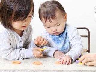 文字玩具を掴む赤ちゃん