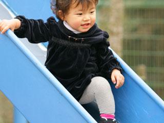 滑り台で遊ぶ幼児