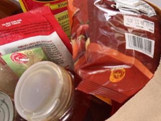 買物袋の中の加工食料品