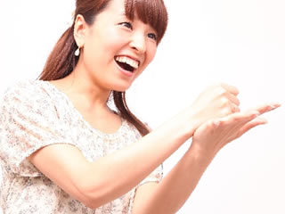 人工甘味料のメリットを確認して手を叩く女性