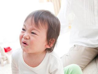 母親の前で泣き顔の幼児