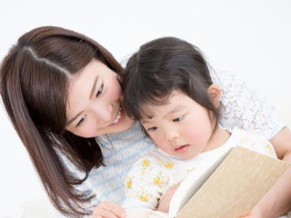 子供を抱き寄せる母親
