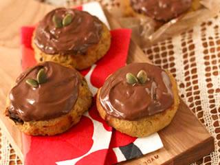 滑らかな味わいがあるクッキーの乗ったチョコレート