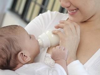 乳糖を含まないノンラクトミルクを与えられる赤ちゃん