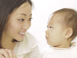 母親との会話を不思議がる赤ちゃん