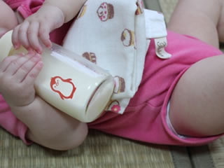乳糖不耐症用ミルクで治療中の赤ちゃん