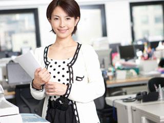 職場で書類を持つ女性