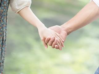 デート中に仲良く手をつなぐ新婚夫婦
