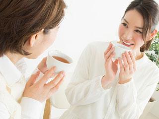 ママ友とお茶を飲む女性