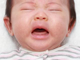 泣き顔の赤ちゃん