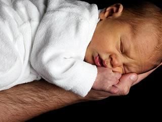 乳糖不耐症で下痢に耐える赤ちゃん