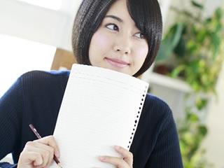保存料について勉強している女性