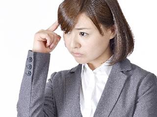 危険性のある保存料に頭を痛める女性