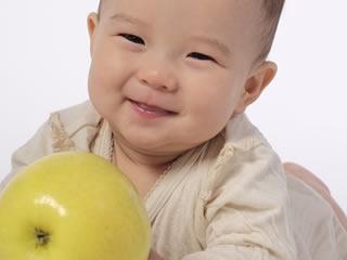 果物を取るために歩きはじめる赤ちゃん