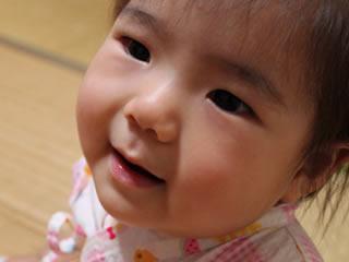 自分の思い通りに歩けなくて泣きそうな赤ちゃん