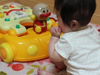 おもちゃ目当てで歩くことを覚えた赤ちゃん