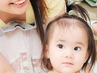 髪を輪ゴムで縛った赤ちゃん