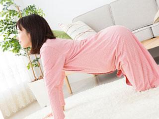 ネコポーズをとる妊婦