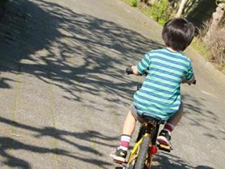 プレゼントされた自転車が嬉しくて毎日乗る男の子