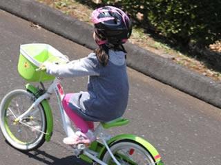 自転車のペダルをこぐ練習をする子供