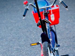 子供の誕生日に買った赤い自転車